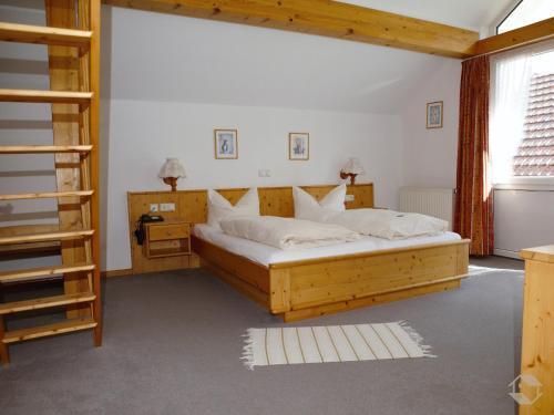 Ein Bett oder Betten in einem Zimmer der Unterkunft Landgasthaus Kurz Hotel & Restaurant am Feldberg - Schwarzwald