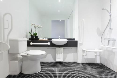 A bathroom at Crowne Plaza London - Docklands