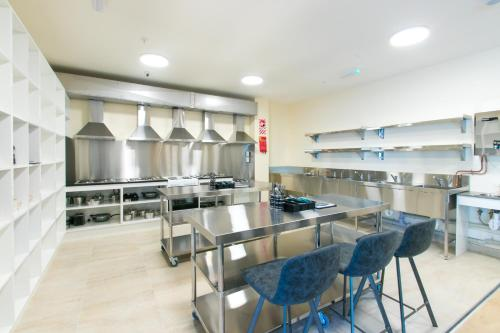 A kitchen or kitchenette at Hobson Lodge