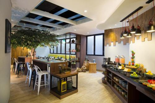 A restaurant or other place to eat at Ibis Styles Bali Petitenget