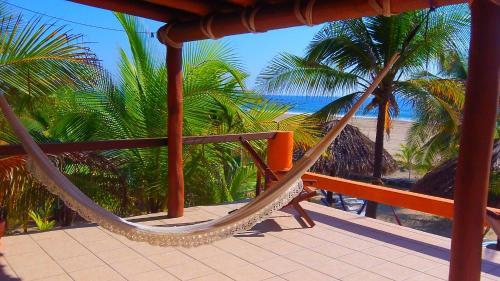 Un balcón o terraza de Bungalows Tree Tops - Adults Only