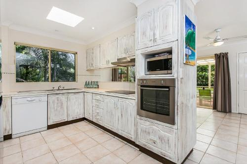 A kitchen or kitchenette at Fiesta Palms 6 - Central Byron Bay