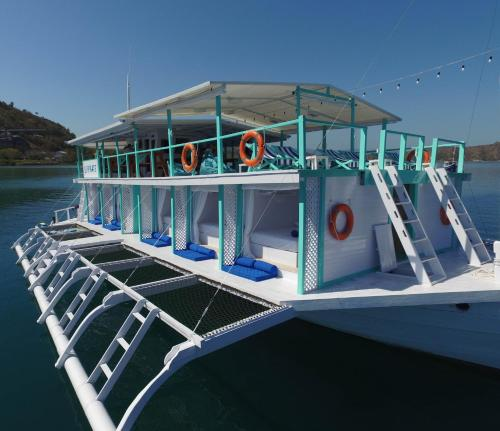 The swimming pool at or near Le Pirate Boatel - Floating Hotel