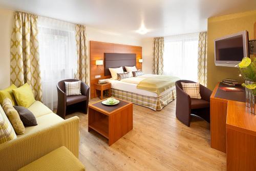 A bed or beds in a room at Altstadt-Hotel Zum Hechten