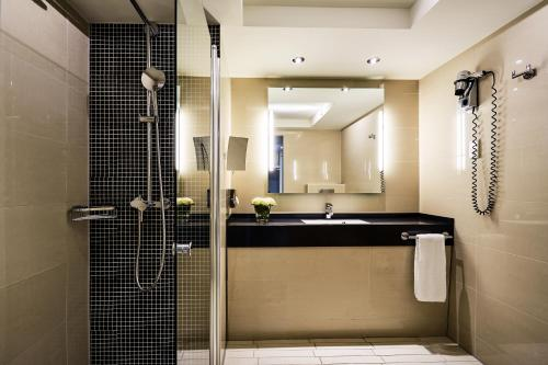 A bathroom at Radisson Blu Scandinavia Hotel, Düsseldorf