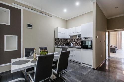 Una cocina o zona de cocina en A Golden Star Modern Luxury Apartments Budapest