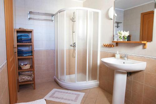 A bathroom at Villa - Eleni Apartments
