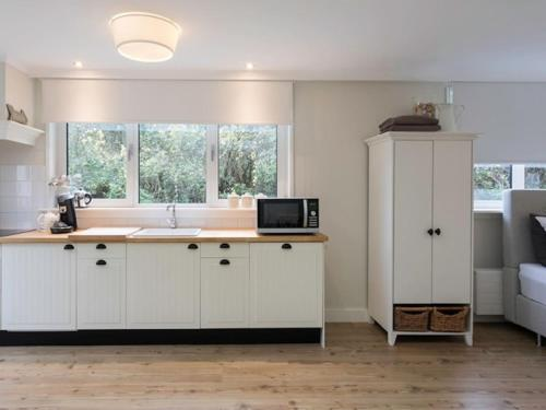 Een keuken of kitchenette bij Studio Bed & Beach