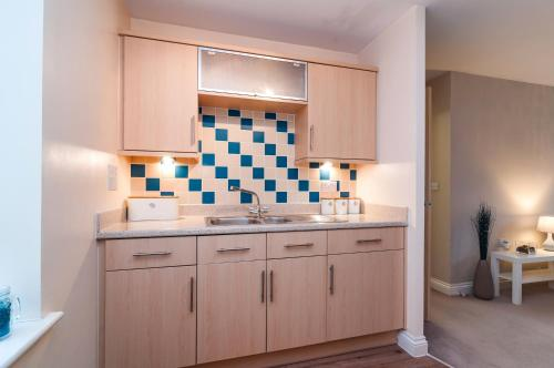 A kitchen or kitchenette at Central 2 bedroom apartment