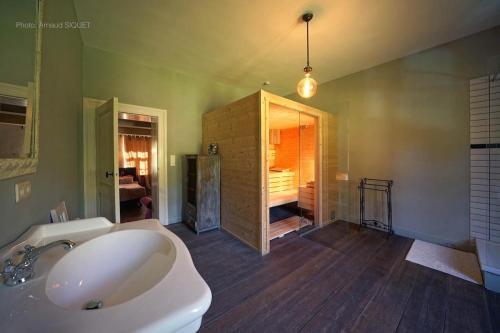 A bathroom at B&B Aux Quatre Bonniers
