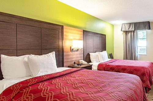 A bed or beds in a room at Econo Lodge Russellville