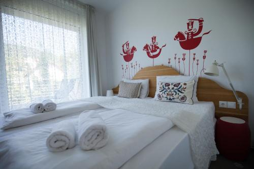 A bed or beds in a room at Hotel Bonvino Badacsony