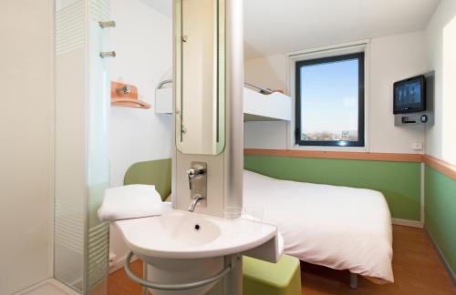 Salle de bains dans l'établissement ibis budget Toulouse Aeroport