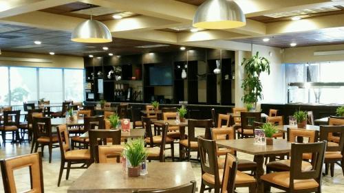 Um restaurante ou outro lugar para comer em Champions World Resort