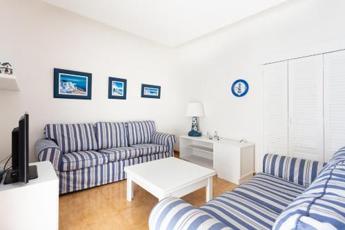 A seating area at Frontline Beach Apartment