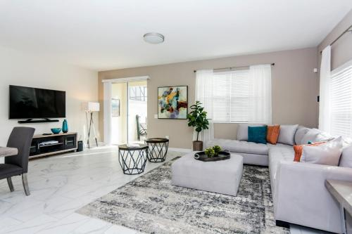 A seating area at Dream Vacation Home Close to Disney SL4839