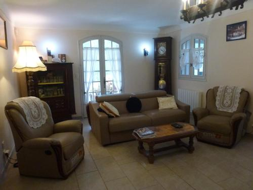 A seating area at Chambre d'hôtes La Pinede