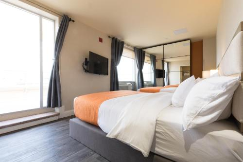 A bed or beds in a room at Howard Johnson by Wyndham Long Island City