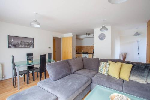 Stunning 2 bed flat with parking in heart of city