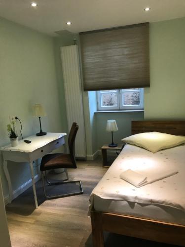 Ein Bett oder Betten in einem Zimmer der Unterkunft Gästehaus zum Anker