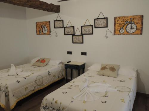A bed or beds in a room at Hotel La Huella Del Camino