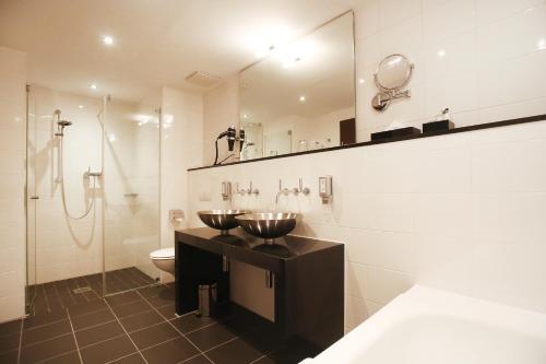 A bathroom at Schiller 5 Hotel