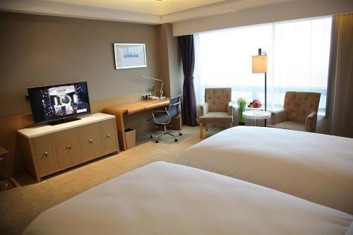 A television and/or entertainment center at Shanghai Hongqiao Airport Hotel - Air China