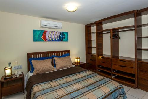 A bed or beds in a room at Blue Marlin Apartments