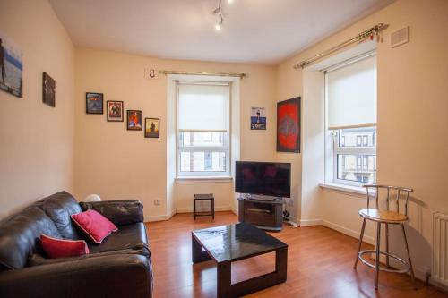Elevated 2 Bedroom Flat in Perfect Location