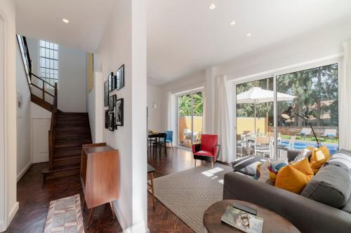 Uma área de estar em A Casa Amarela by An Island Apart