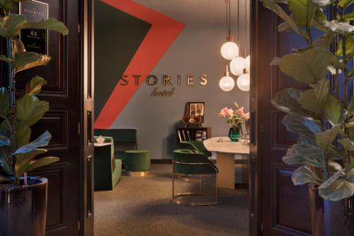 De lobby of receptie bij Stories hotel