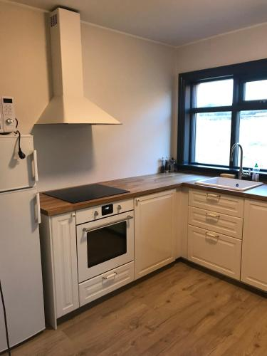 A kitchen or kitchenette at Fell Holiday Home