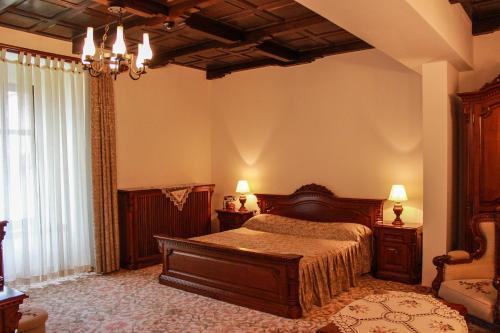 Un pat sau paturi într-o cameră la Hotel Medieval