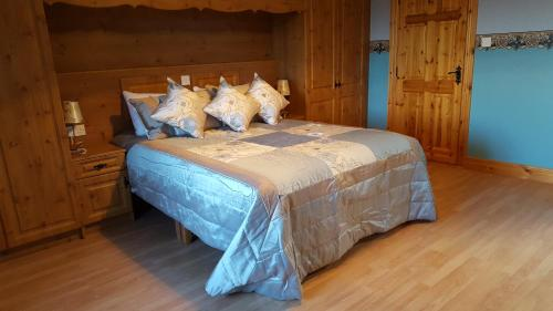 A bed or beds in a room at Leroy´s Lodge