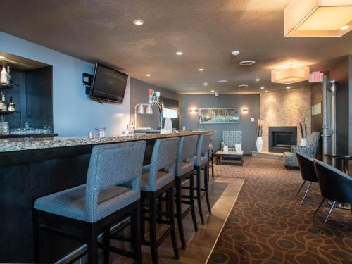 A restaurant or other place to eat at Ramada by Wyndham Kamloops