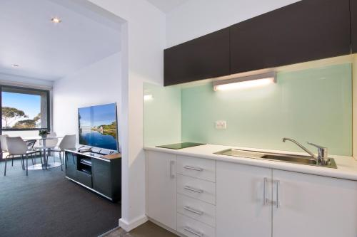 A kitchen or kitchenette at Lorne Bay View Motel