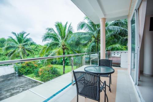 Un balcon sau o terasă la Phuket Arkadia Villa