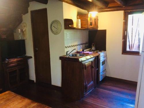 Una cocina o kitchenette en Cabañas del Bosque