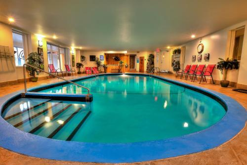 The swimming pool at or near Hotel et Motel Le Chateauguay