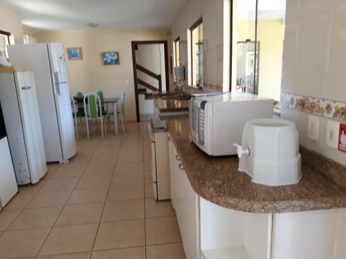 A kitchen or kitchenette at Casa Praia de Taperapuan