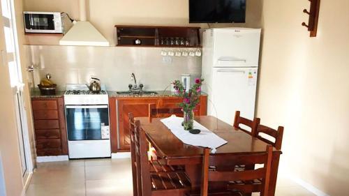 Una cocina o kitchenette en Cabañas Puerta del Sol