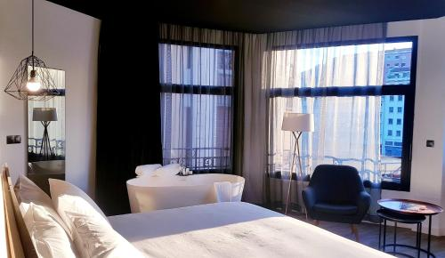 A bed or beds in a room at Hotel Tayko Bilbao