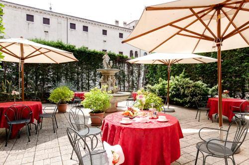 Un restaurante o sitio para comer en Hotel Belle Arti