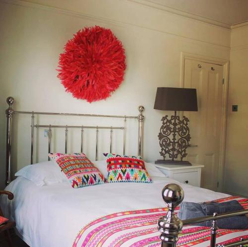 A bed or beds in a room at Saskia's Rooms