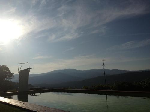 Uma vista da montanha tirada do hotel-fazenda rural