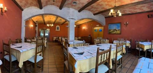 A restaurant or other place to eat at Hostal Monasterio de Rueda