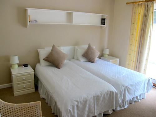 A bed or beds in a room at The Prince Of Wales Hotel