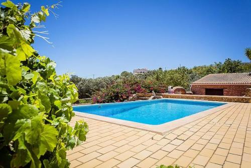 The swimming pool at or near Canada do Parragil Villa Sleeps 10