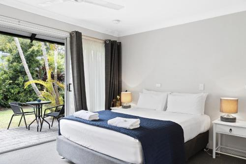 A bed or beds in a room at The Park Hotel Motel, Byron Bay
