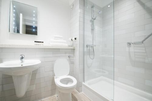 A bathroom at Innkeeper's Lodge Beckenham